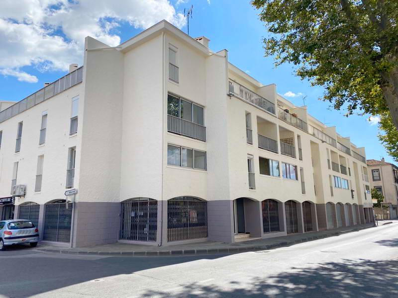 PHOTO1 - Agde grand appartement vendu loué avec terrasse, cellier et parking commun à Agde .